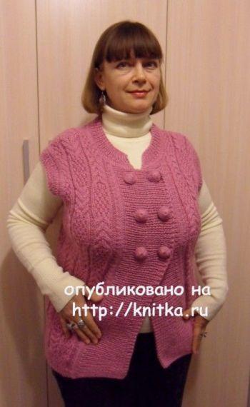 Вязанный спицами женский жилет. Работа Светланы Шевченко