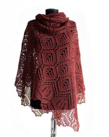 Вязанная спицами шаль