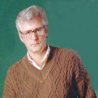 Коричневый джемпер со жгутами и плетенками