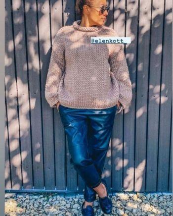 Женский свитер спицами крупной вязки