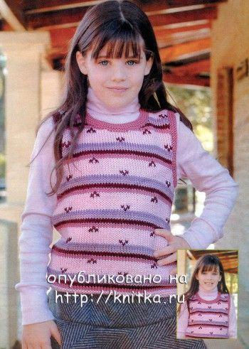 Розовая безрукавка для девочки спицами