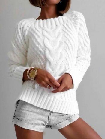 Белый свитер с косой, связанный спицами