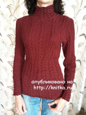 Женский свитер спицами украшен косами