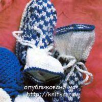 Сине-белые пинетки, связанные спицами