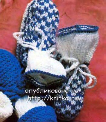Сине-белые пинетки, связанные спицами. Вязание спицами.