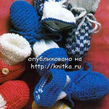 Синие пинетки для мальчика. Вязание спицами.