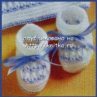Белые пинетки с голубой лентой