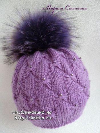 Эффектная зимняя шапочка спицами с узором бабочки