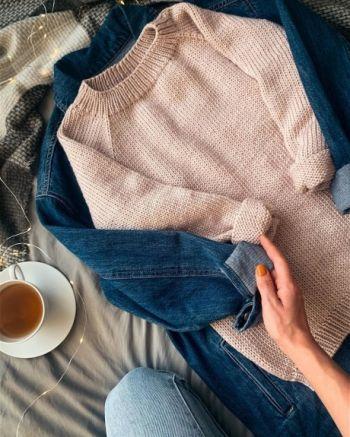Базовый свитер из толстой пряжи спицами для женщин
