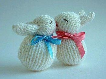 Веселые кролики – неразлучники. Вязание спицами.