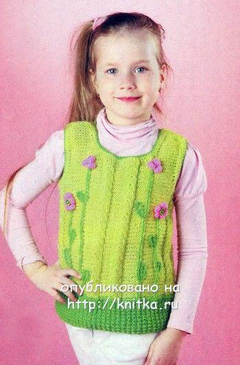 Зеленый жилет для девочки с цветами. Вязание спицами.