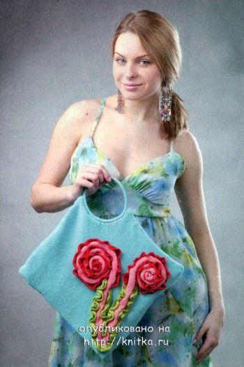 Голубая сумка с розами. Вязание спицами.