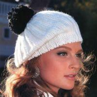 Белая шапочка с помпоном