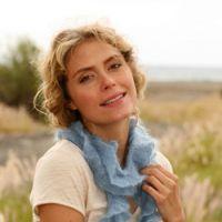 Голубой шарф, связанный спицами