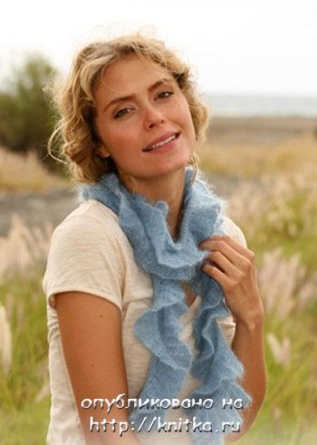 Голубой шарф, связанный спицами. Вязание спицами.