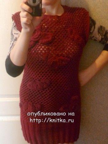 Вязаное вишневое мини-платье с цветами. Вязание спицами.