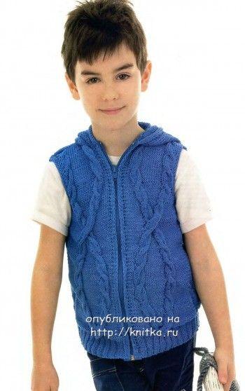 Вязаный жилет для мальчика спицами с капюшоном