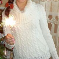 Вязаный спицами белый свитер