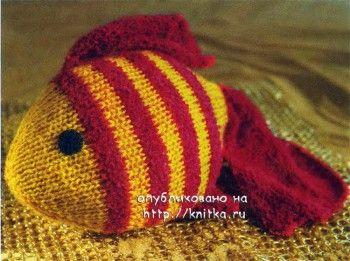 Вязаная игрушка золотая рыбка. Вязание спицами.