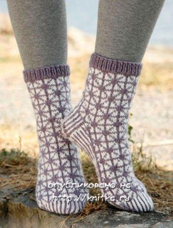 Вязаные носки на 5 спицах с геометрическим жаккардом