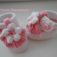 Бело-розовые пинетки спицами