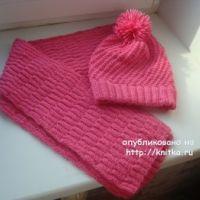 Розовая шапка и шарф спицами